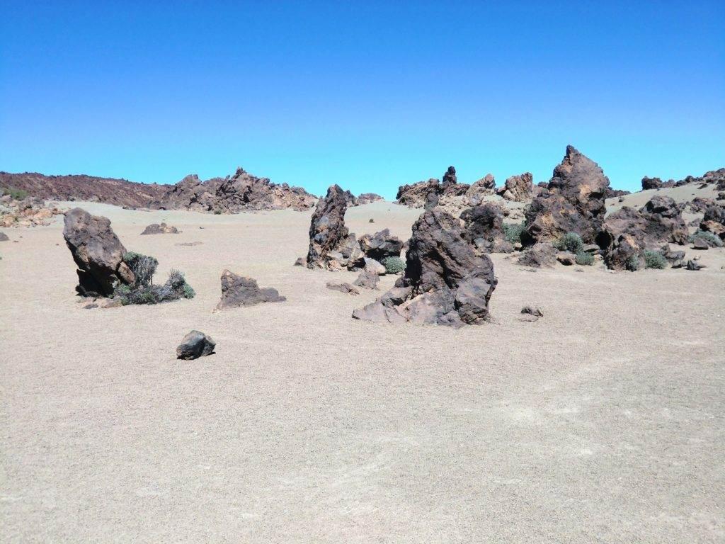 Wie in der Wüste ist es oft im Nationalpark nahe dem Teide. Da ist es ein gutes Gefühl einen Wanderführer im Gepäck zu haben.