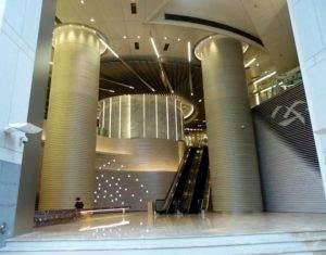 Da kann man sich ganz klein vorkommen. Aufgang zum IFC Mall, Hong Kong Central District.