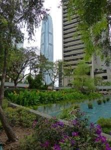 Zum Glück gibt es zwischen den Hochhäusern und Straßen immer wieder ruhige, grüne  Zonen. IFC Tower im Hintergrund, Hong Kong.