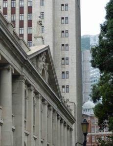 Mal wieder ein Gebäude, das von Bauzaun verdeckt war, darum gibt es nur die Seite des Legislative Council zusehen. Dafür sieht man hinten noch das rot-weiße Gebäude mit weißer Kuppel des Court of Final Appeal. Viel Historie auf kleinem Raum.