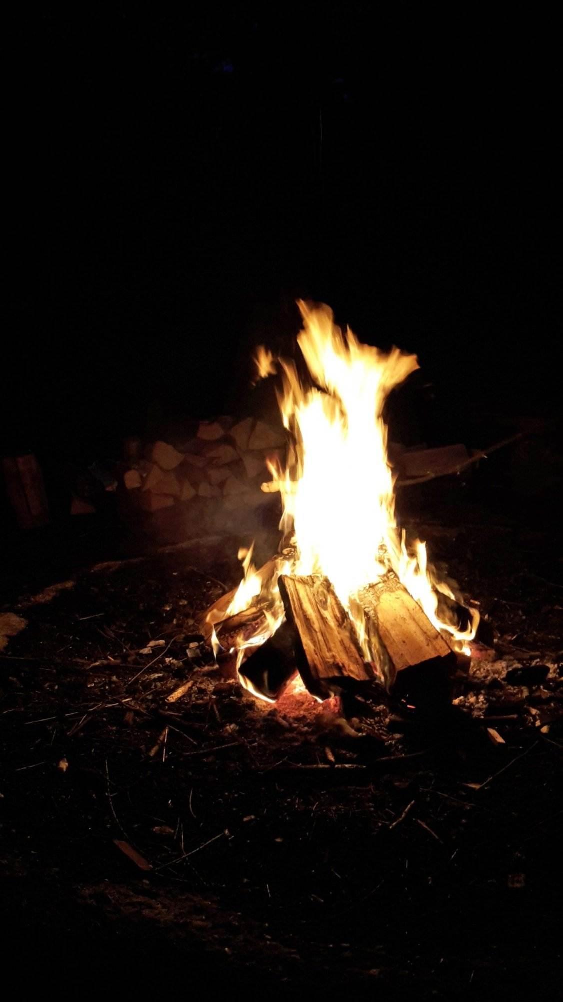 nachts draußen was machen feuer